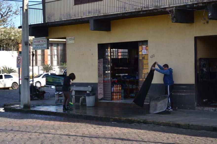 Funcionários realizaram a limpeza do estabelecimento - Crédito: Diego Foppa - Folha de Candelária