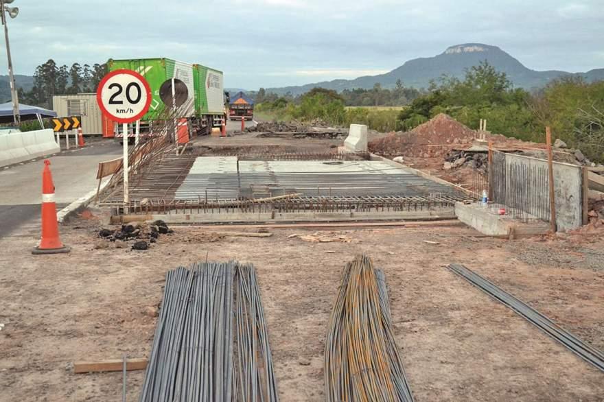 Trânsito segue sendo alternado pelo lado já concluído ponte  - Crédito: Diego Foppa - Folha