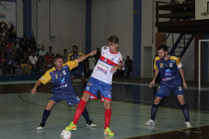 Atlético, de Digo (com a bola), derrotou o 15 de Novembro por 4x3 no Walter Filter