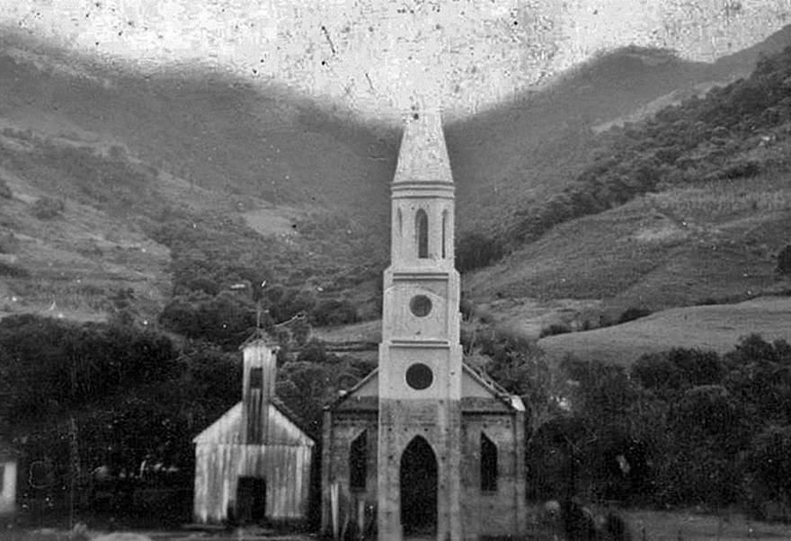 A igreja Sinoal com a antiga de madeira ao lado