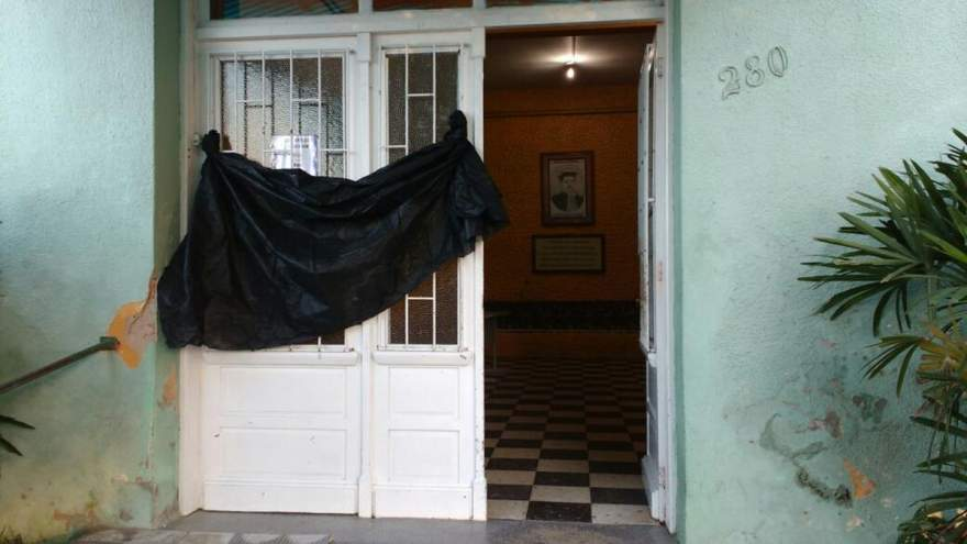 Luto: uma faixa preta foi colocada na porta de entrada da escola