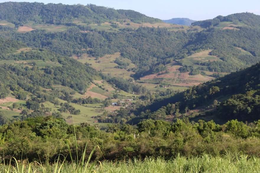 No percurso até a gruta é possível visualizar, do alto, a paisagem deslumbrante que cerca a região do Quilombo