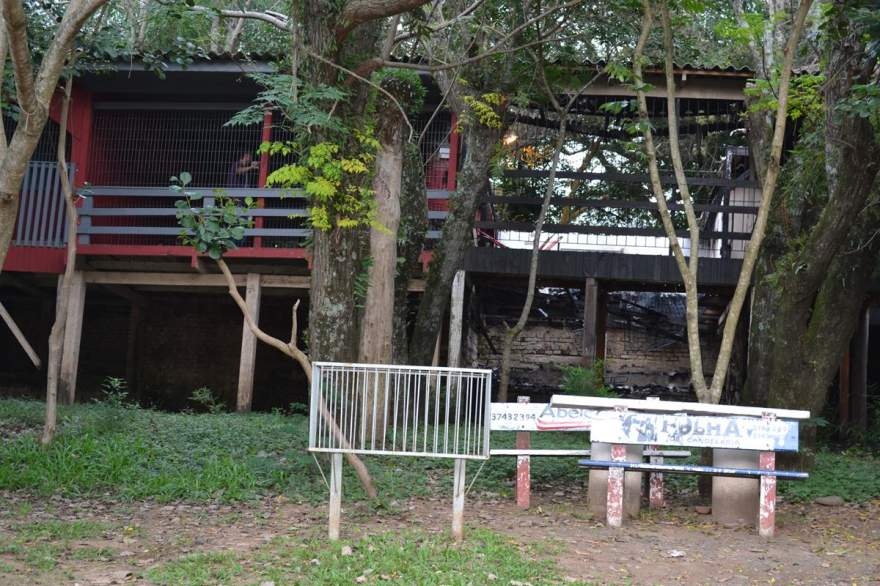 Casa ao lado (esquerdo da foto) também foi atingida pelo fogo