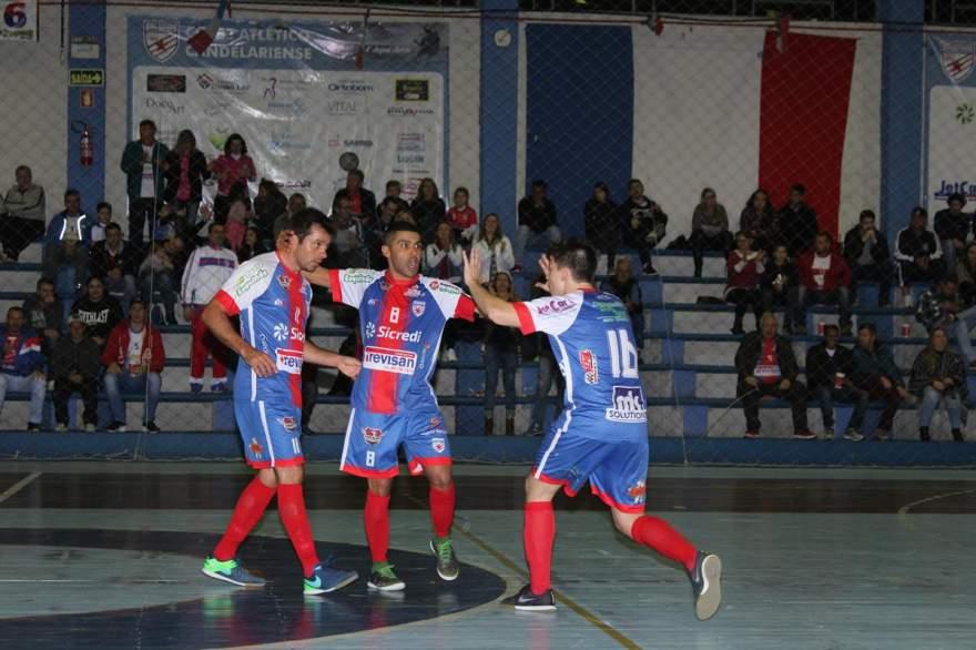 Júnior, Anaro e Daniel comemoram o primeiro gol do Atlético