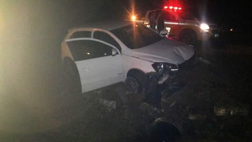 condutor perdeu o controle do veículo e colidiu contra um bueiro (Foto: Divulgação • Folha)