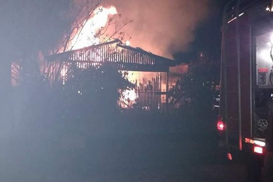 Residência ficou completamente destruída pelas chamas