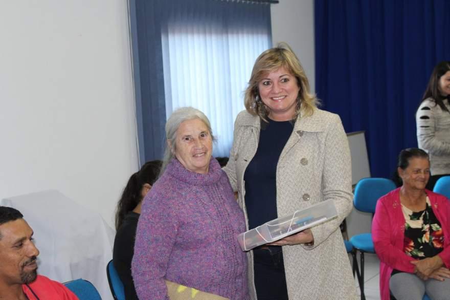 Secretaria Municipal de Educação, Esther Spengler entrega kit para Lira Pereira Nunes