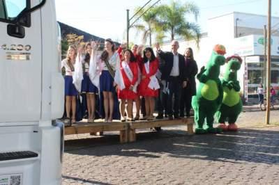 Desfile temático e de veículos homenageia colonos e motoristas