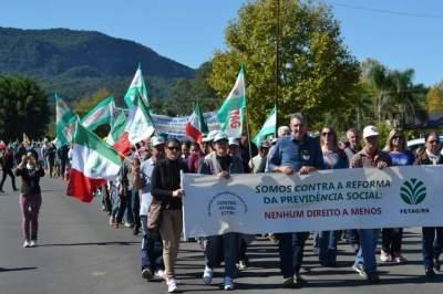 Centenas de pessoas protestam contra a reforma da Previdência