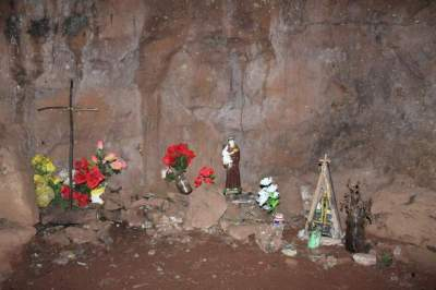 No interior da gruta, presença de símbolos religiosos identifica manifestações de fé
