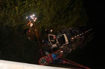 Queda de caminhão em ponte deixa dois feridos