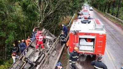 Um morto e sete feridos após ônibus cair de ponte