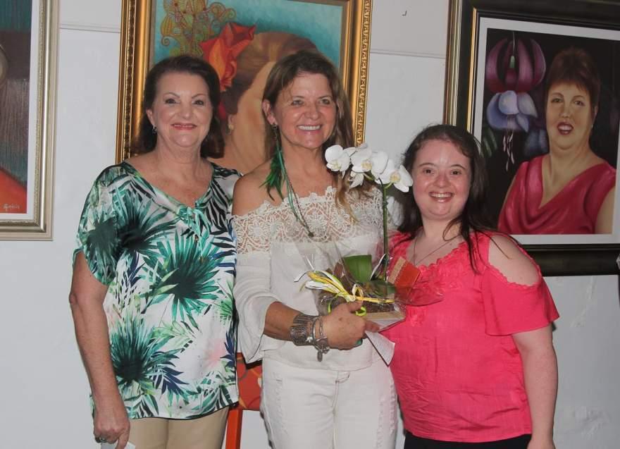 Homenagem das alunas para Lisete Gewehr com Celoí Becker e Natália Crespo Moreira