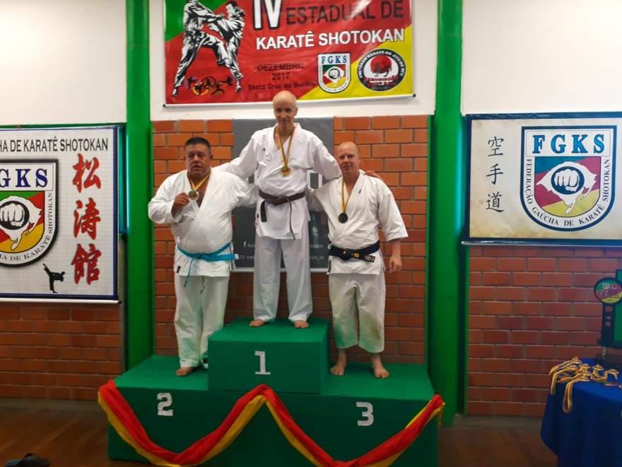 Pedro (D) faturou medalha na competição estadual