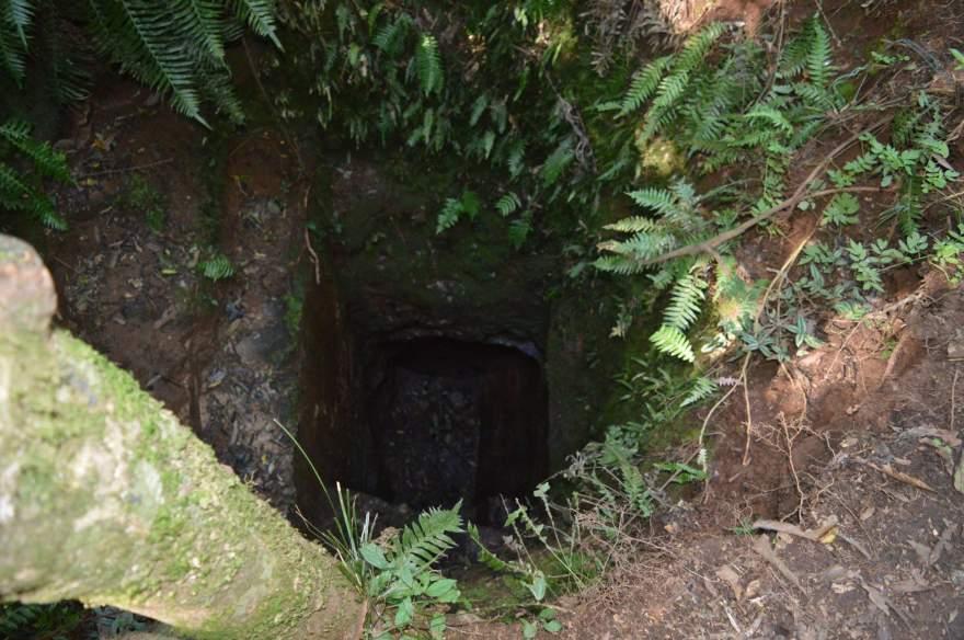 O poço onde fiéis depositam moedas foi escavado