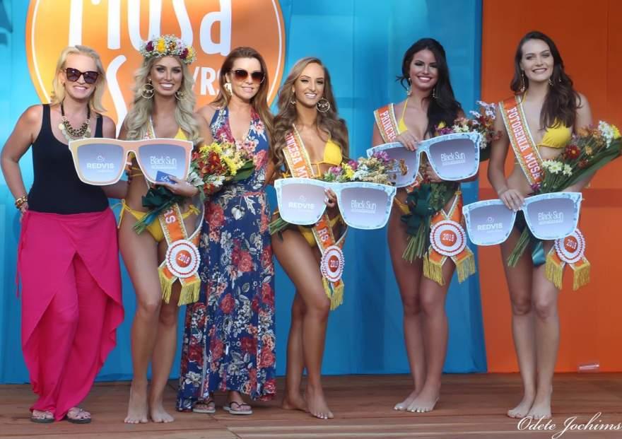 Carla Dreyer, da Redevis Santa Ótica e Bea Xavier, Areia Finna Biquinis entregam prêmios para as vencedoras