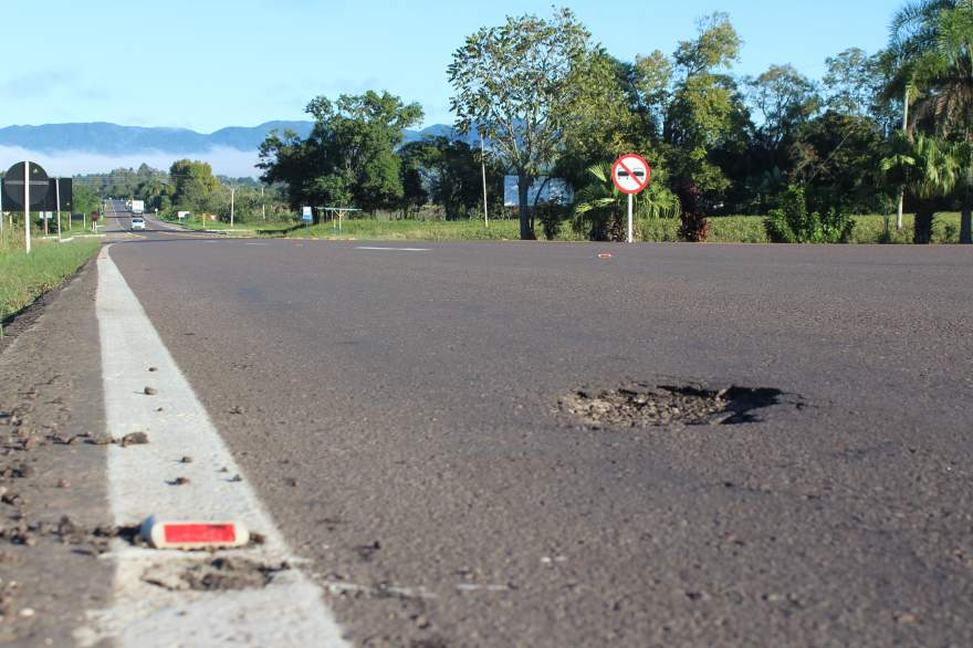 Buraco logo após o trevo de acesso à Linha do Rio: armadilha para os motoristas desavisados
