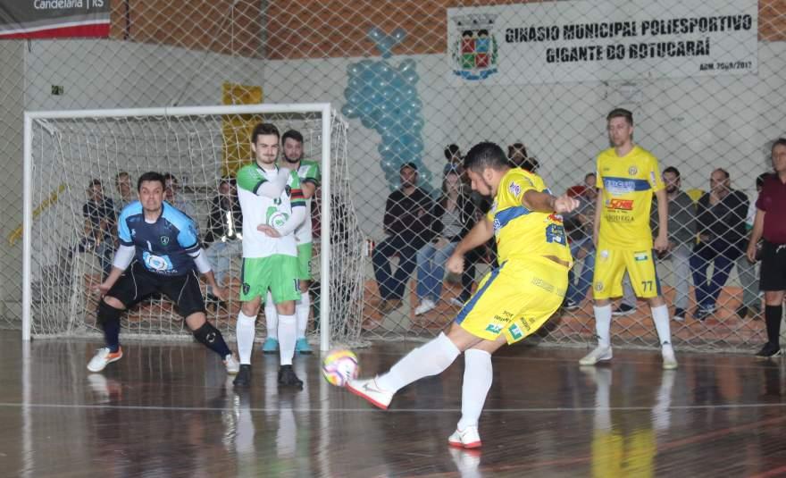 Imagem mostra Rafinha anotando de falta o primeiro gol do Marvados sobre o UGF