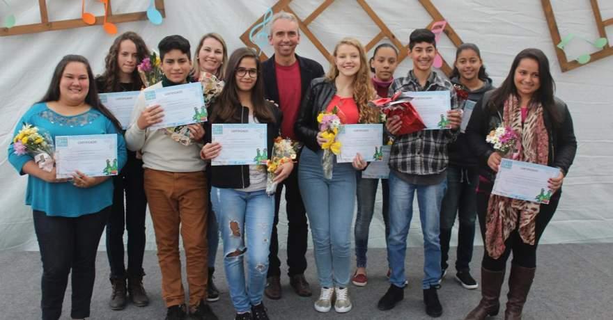 Prefeito Paulo Butzge e Fabiana Faber com os participantes da categoria infanto-juvenil
