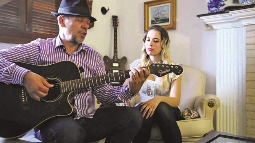 Beto Pires se apresenta ao lado da filha Juliana: show musical mesclado com humor