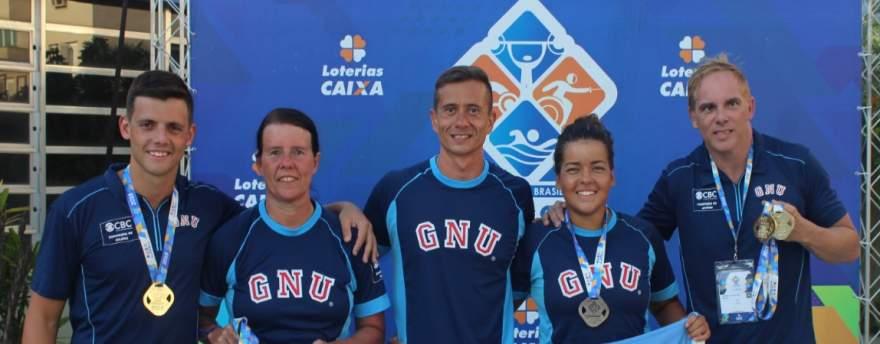 Mauricio Scota (primeiro à esquerda) com a equipe de natação paralímpica do Grêmio Náutico União - Crédito: Divulgação - GNU