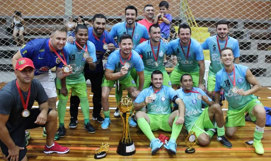A equipe do Inova com o troféu de campeão