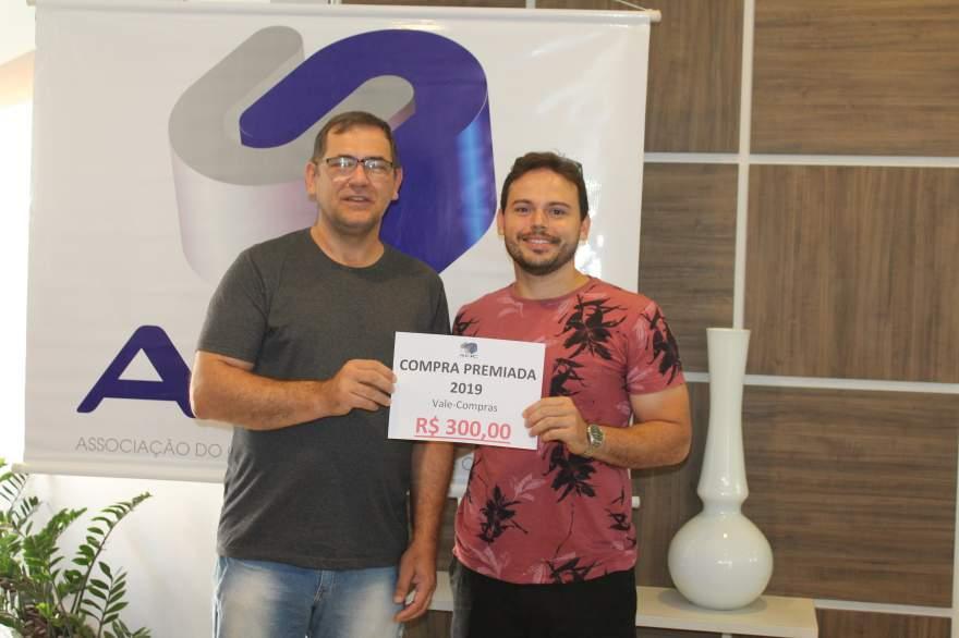 A entrega do prêmio para Adelmo Barbosa Júnior