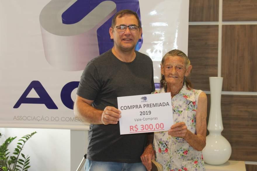 A entrega do prêmio para Olemia da Silveira