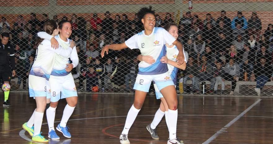 Ao final da partida, jogadoras do Medianeira comemoram a vitória