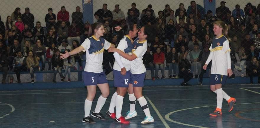 Atletas do Medianeira comemoram o gol que abriu o escore contra o Marvados