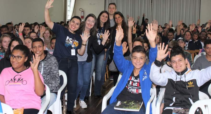 Ao final, um registro fotográfico com os estudantes das representantes do Senac e da secretária de Indústria e Comércio, Gabriela Butzge