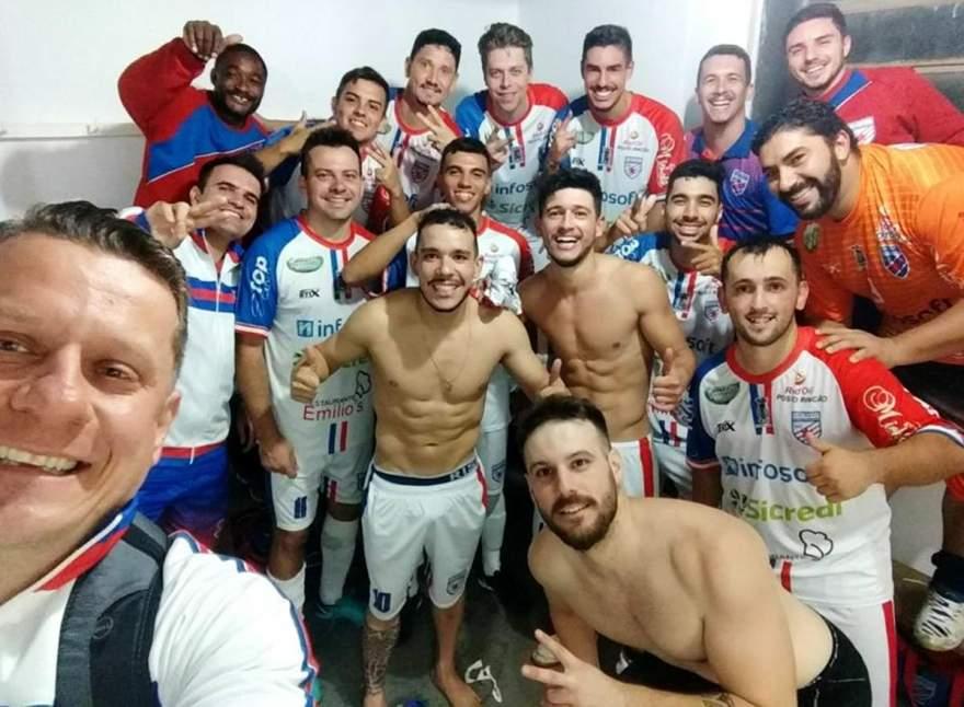 Jogadores e integrantes da comissão técnica comemoram a importante vitória obtida fora de casa