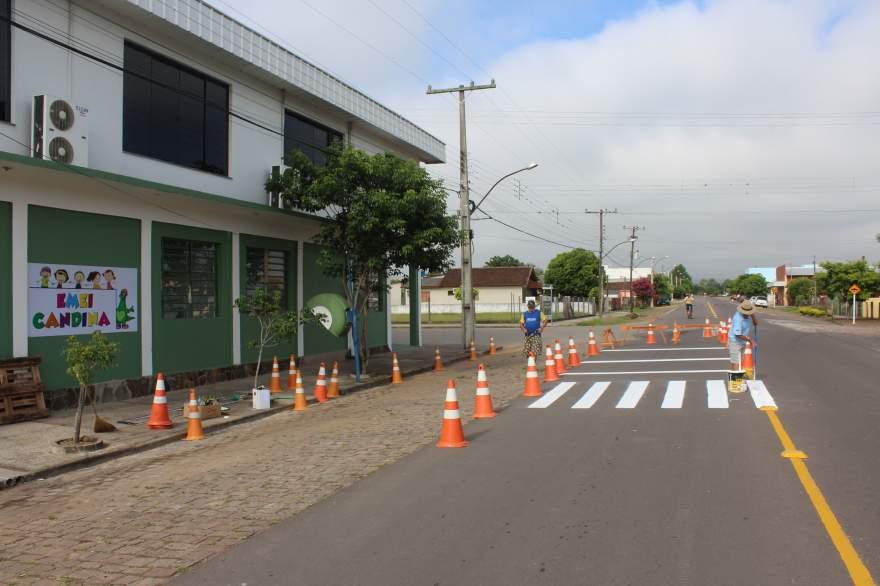 Sinalização de trânsito já está sendo instalada na Avenida Gaspar Silveira Martins, uma das mais movimentadas do bairro Rincão Comprido