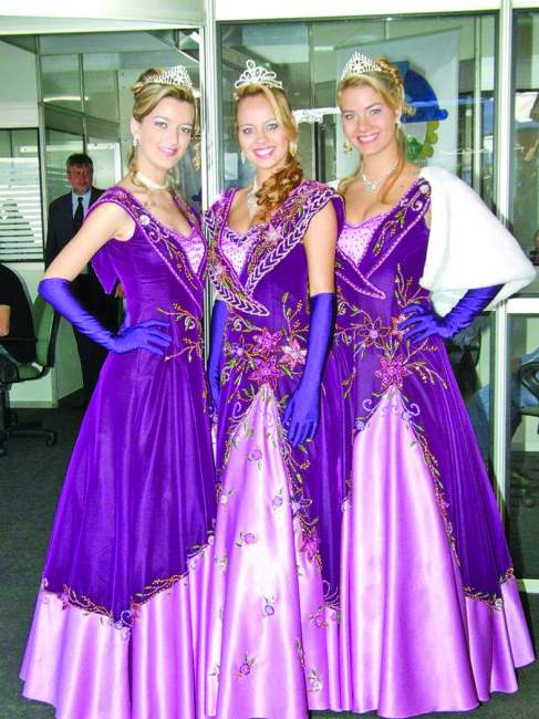 A Rainha Pauline Kaercher, entre as Princesas Luana Rodrigues e Helena Karnopp