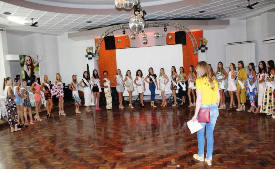 Jaqueline Heinze orienta candidatas no ensaio realizado no Clube Rio Branco - Fotos: Tiago Garcia - Folha