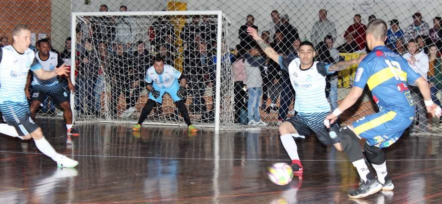 Na reta final da partida, o Marvados usou João Gabriel como goleiro-linha