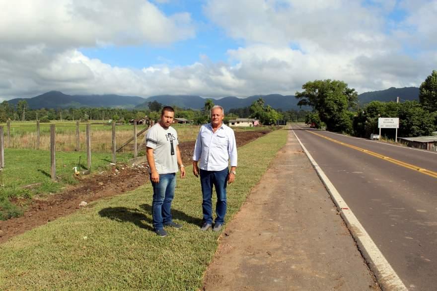 Ederson Gularte com o prefeito em exercício, Nestor Ellwanger (Crédito: AI da Prefeitura de Candelária)