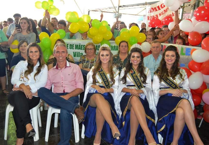 O prefeito Paulo Butzge, a primeira-dama Gabriela e as soberanas do município prestigiaram a realização