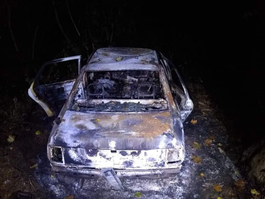 Veículo estava completamente incendiado na Rua Amândio Silva