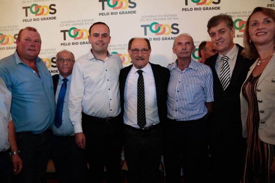 Vereadores estiveram prestigiando assinatura de convênio que irá beneficiar inúmeros municípios - Foto: Divulgação