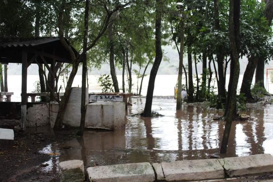 Águas já chegaram na área das churrasqueiras na Praia Carlos Larger