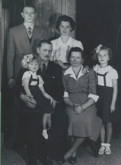 Na foto, meu avô Stephan, a avó Júlia; em pé, meu tio Stephan Jr. e minha mãe Betty; em pé, Odete e no colo Janete