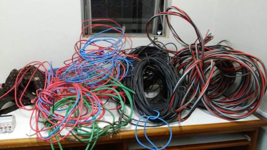 Grande quantidade de fios e transformadores foram encontrados com os suspeitos
