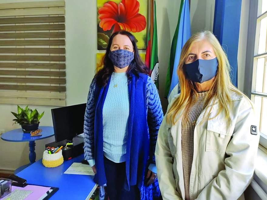 Secretária de Educação, Carla Goelzer e a supervisora Adriane Ristow: retomada com cautela