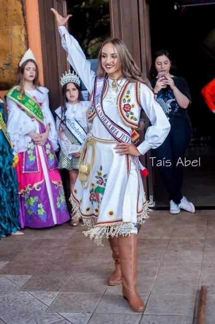 Emanuela com o traje típico em sua apresentaçãao iniciada com a dança da chula