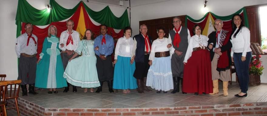 O patrão Rubem Rutsatz e a secretária de Turismo, Alexandra Bini, com os candidatos e candidatas