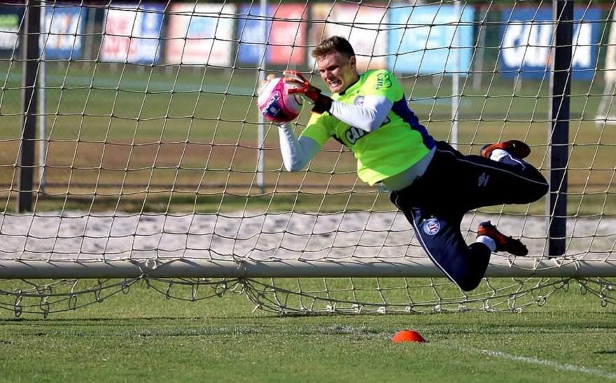 Goleiro candelariense assinou contrato de três anos com o clube baiano (Foto: EC Bahia)