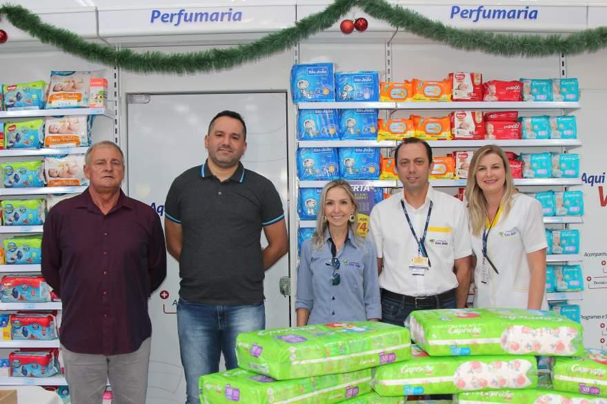 A equipe diretiva das Farmácias São João com o vice-prefeito Nestor Ellwanger