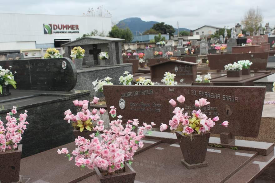 Cemitério Municipal: Ladrões furtam peças de túmulos
