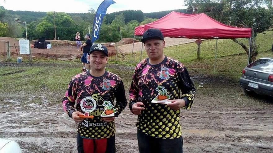 Lucas Santiago (à esquerda) e Giovane Martins (à direita) com os troféus conquistados em Sapiranga - Crédito: Divulgação